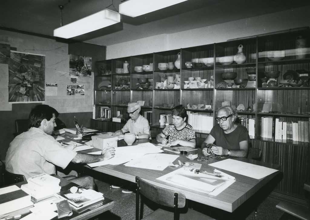 Dr. Palol a la biblioteca de Clunia, 1978
