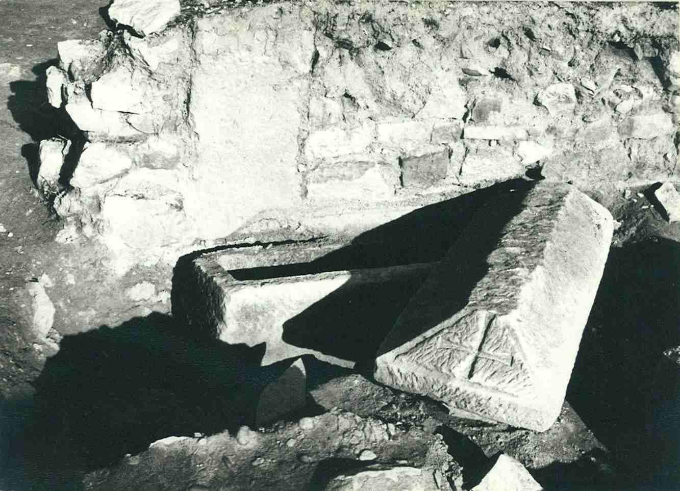 Sarcòfag amb una creu gravada al frontis oest de la coberta, prop de la porta sud del temple d'El Bovalar