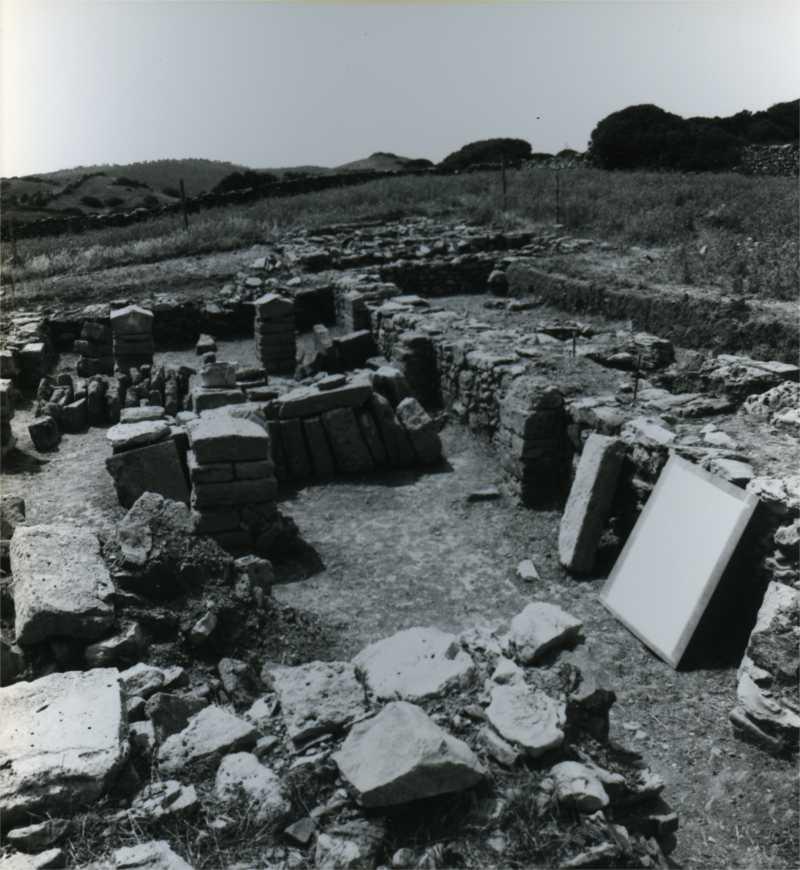 Vista d'una part de l'enderroc excavat al jaciment de Fornells, Menorca
